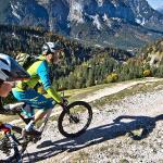 Mountainbike Fahrtechnik auf Schotterwegen in schönstem Panorama - Traminer Trails Camp