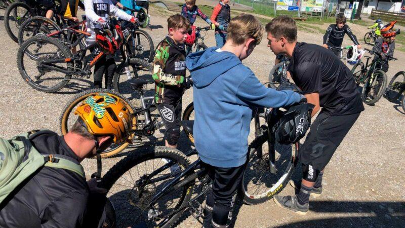 Rookie Camp Bikepark Oberammergau Bayern, Bikecheck mit Tobi Reiser - Die Rasenmäher Mountainbike Camp